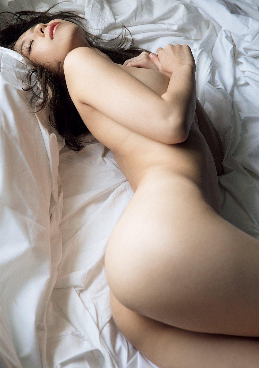 寝そべる美女のお尻に見惚れる男が続出!