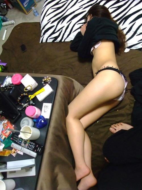 だらしない下着姿で寝てる美尻彼女を盗撮してる!
