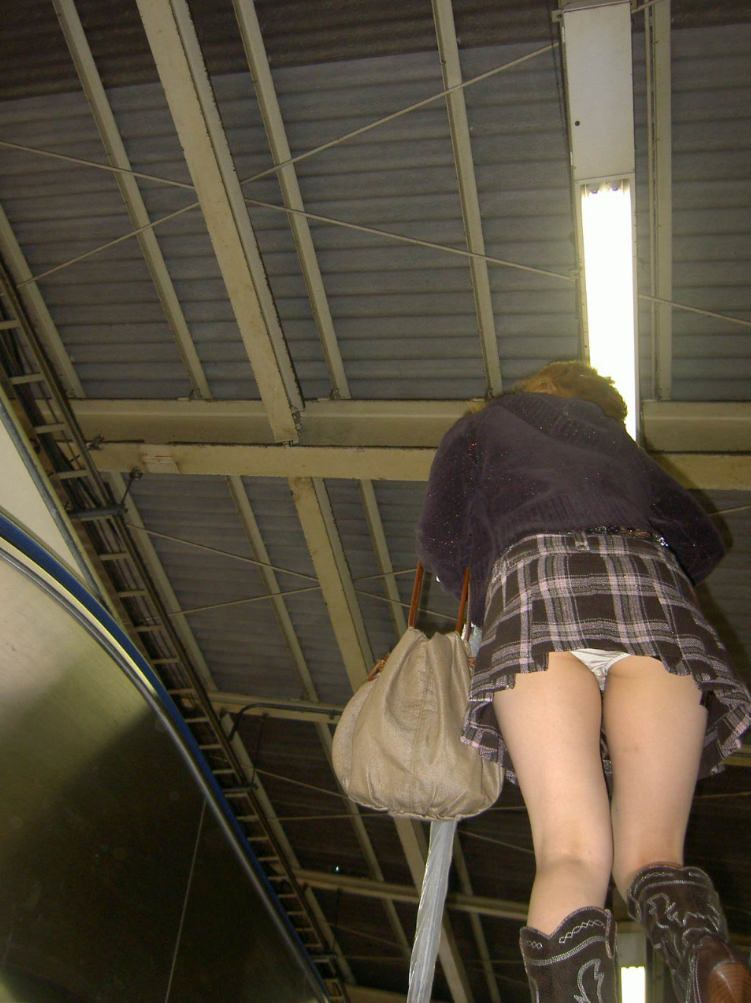 ムチムチ太腿がエロい素人女性の逆さ撮り!