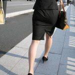 【OL街撮り美脚エロ画像】街中で見かけたフェロモン溢れるOLがセクシーで思わず美脚をガン見する!