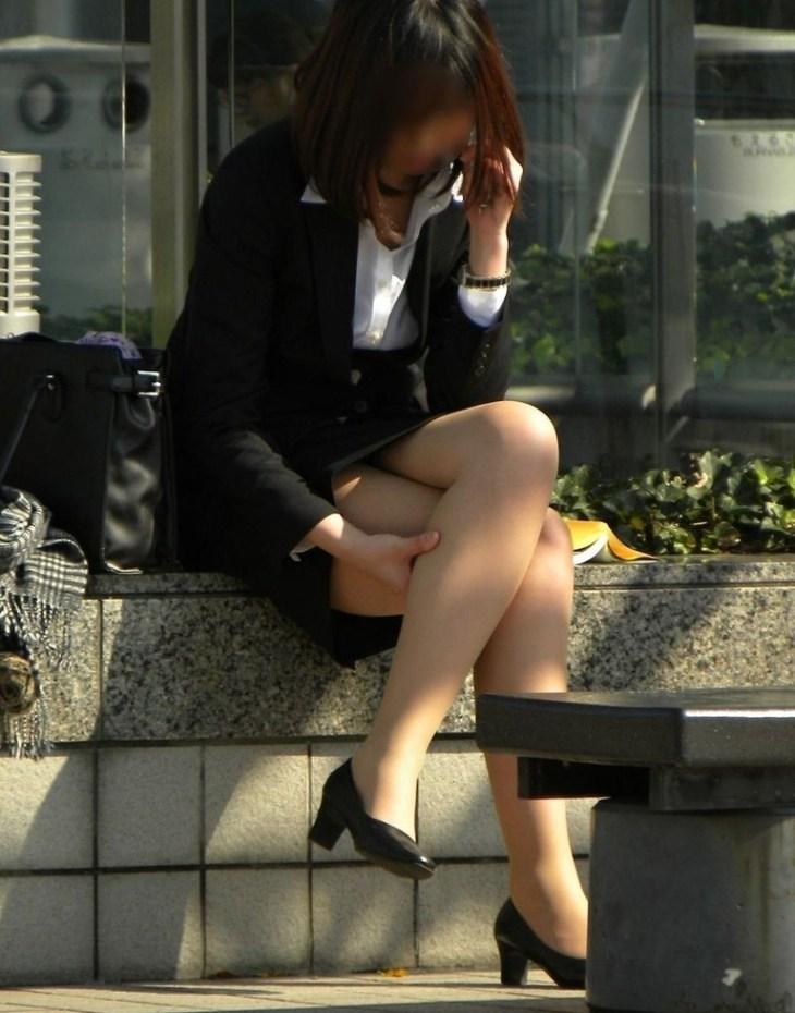 美人OLさんの足を組む太ももと美脚に釘付け!