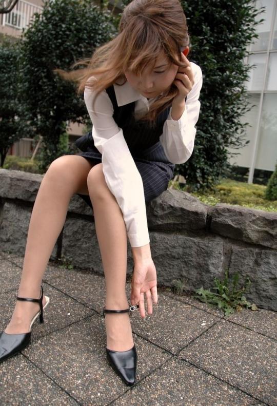 激カワOLのスラリと細い美脚に見惚れる!