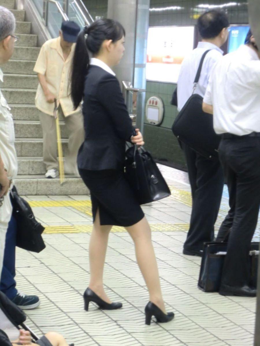 駅のホームでセクシーなOLの美脚をガン見!