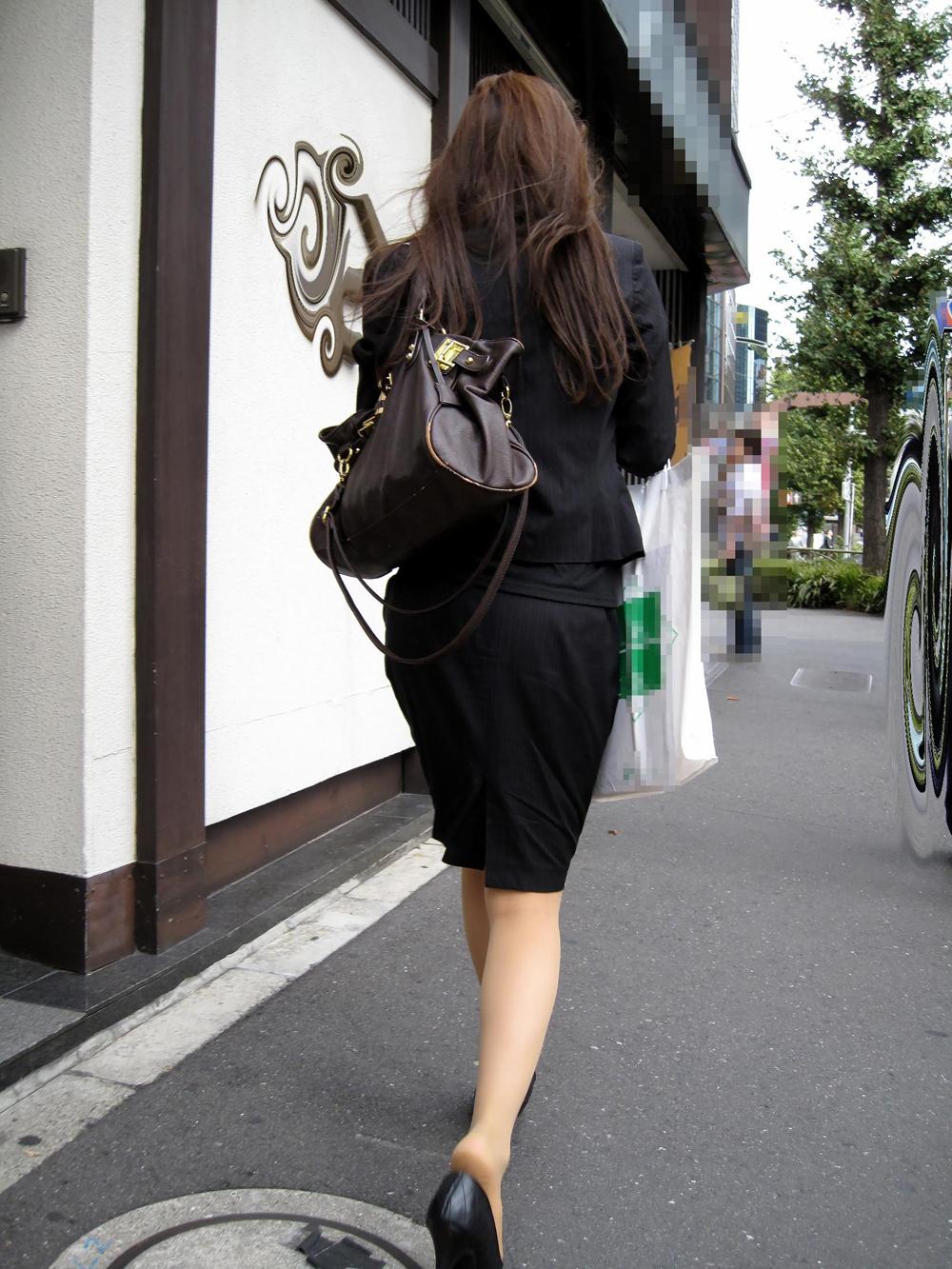 モデルのように細く長い美脚に見惚れる!
