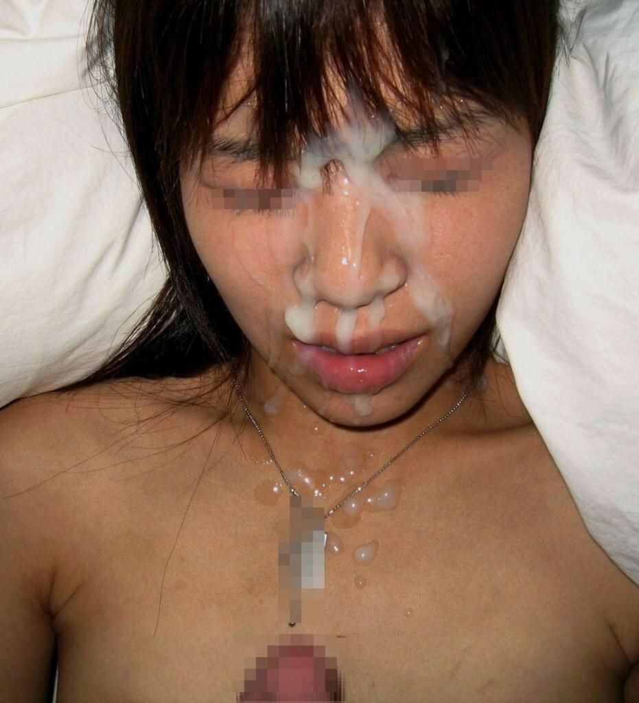 顔を顰めながらザーメンを浴びている女性!