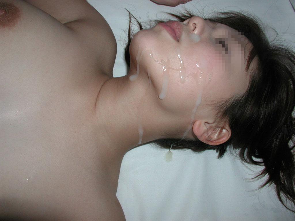 女性の顔が精子まみれでドロドロになってる!