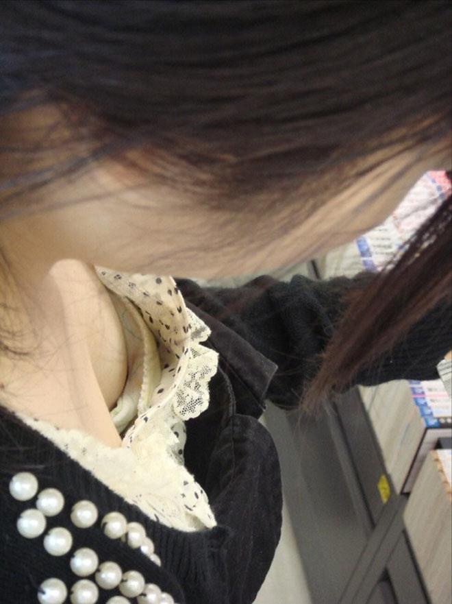 本屋で立ち読みしてる女性の乳首を隠し撮り!