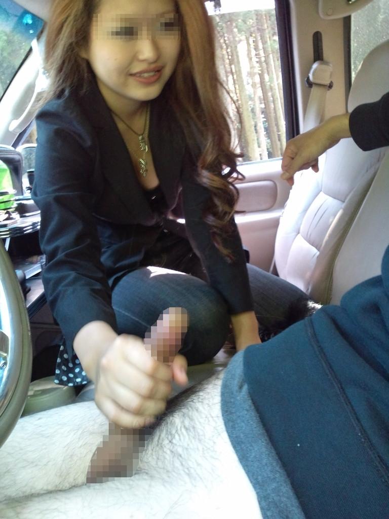 車内で色っぽいギャルがチンコを手コキ!