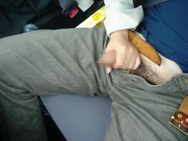 男のズボンのチャックを外してペニスを手コキ!