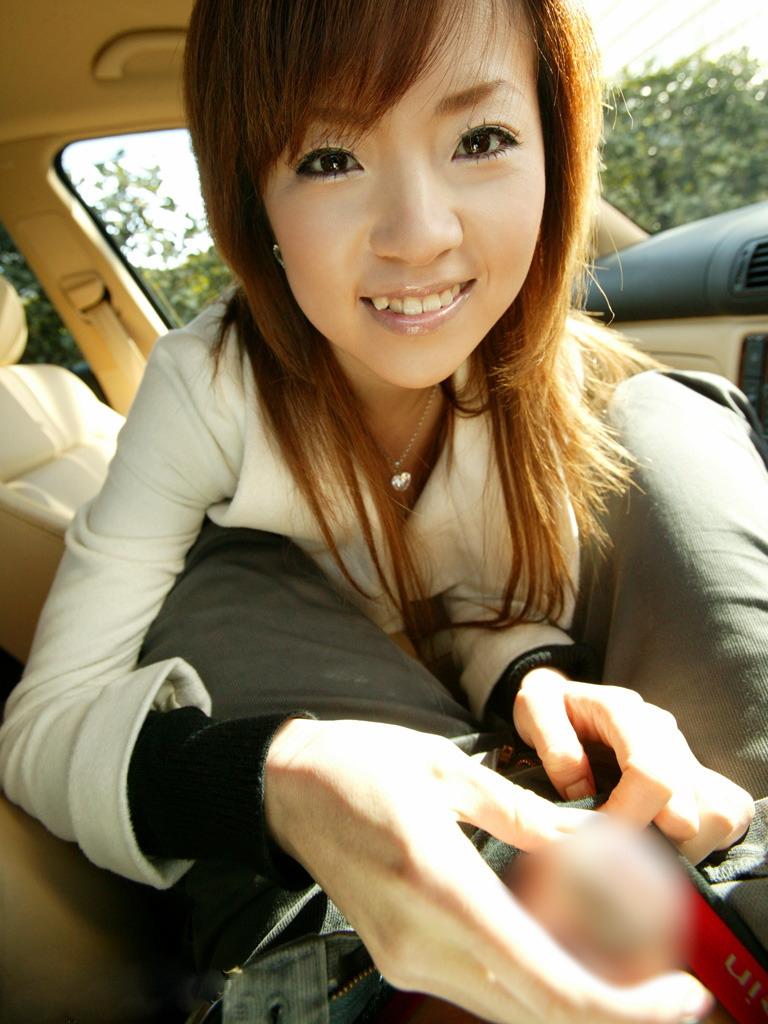 色気ある女性が車内で嬉しそうに手コキする!
