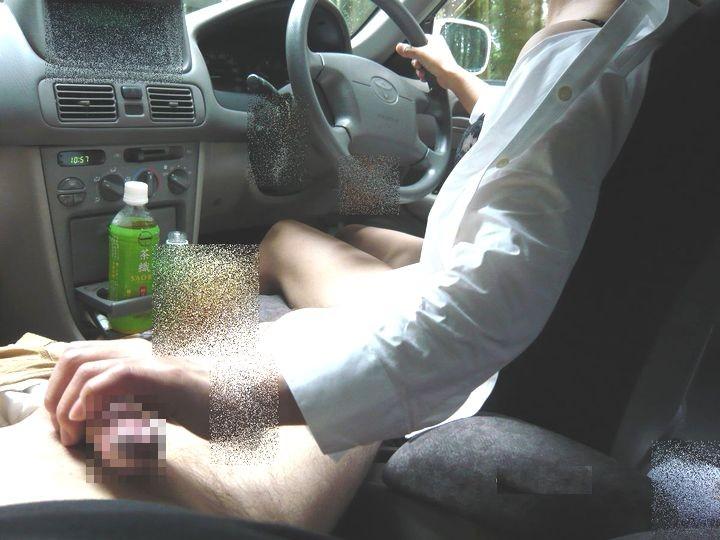 ドライブ中にチンポを手コキして勃起させる!