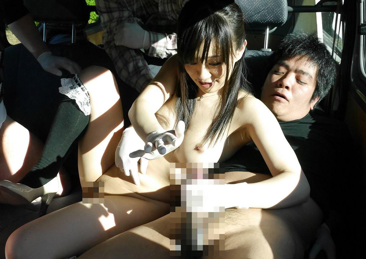 車内で全裸になった美女がチンポをご奉仕!
