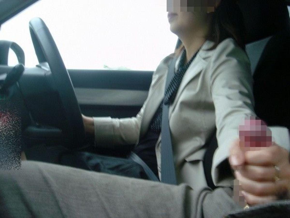 車を運転中に絶妙な手コキをする素人女子!