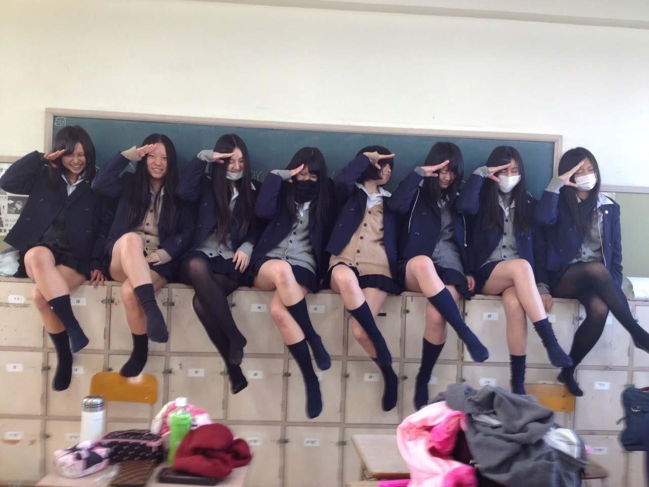 教室の棚の上に座って足を組む女子校生たち!