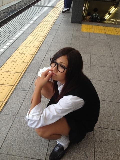 駅のホームで鼻の穴に指を突っ込んでる眼鏡JK!