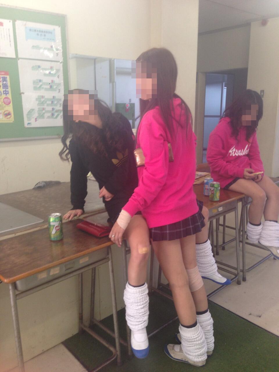 教室で悪ノリしてるJKがセックスの真似事!