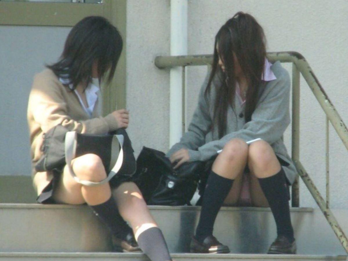 激カワ女子校生が階段に座ってパンチラしてる!