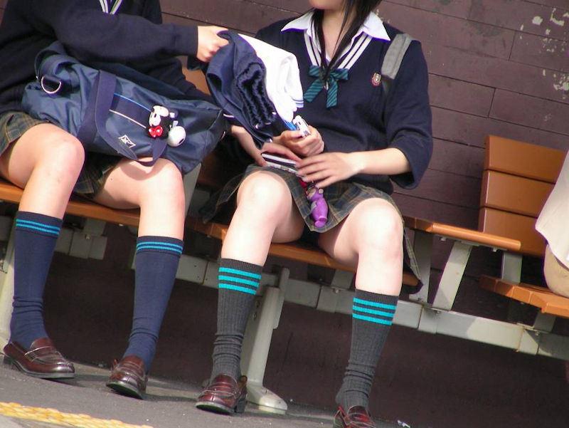 ベンチで休憩してる制服JKのパンツを盗撮!