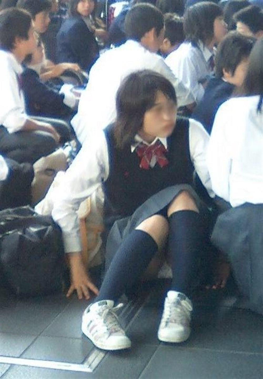 可愛いJKが地べたに座ってパンツが丸見え!
