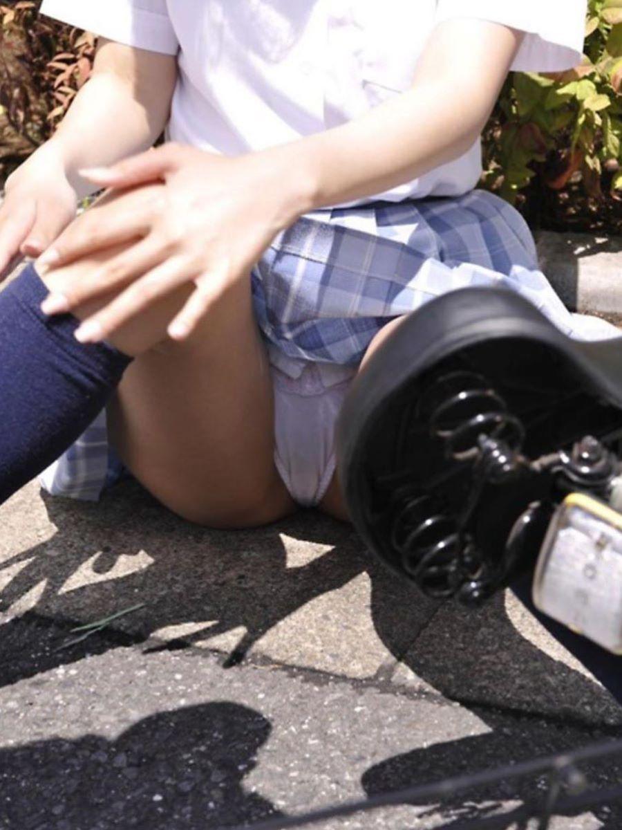 自転車で転んで下着が見えてる所を激撮!