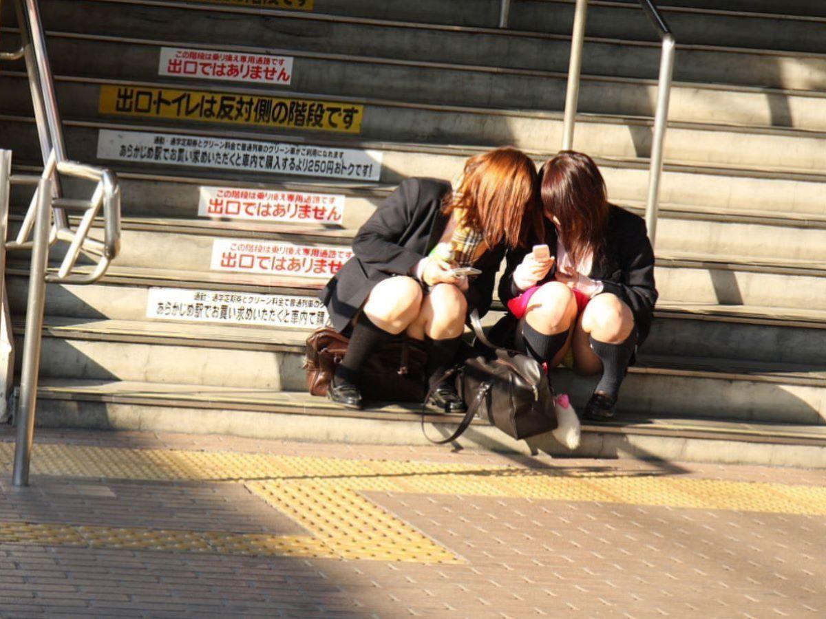 階段で座りパンツ見せながら友達と談笑してる!