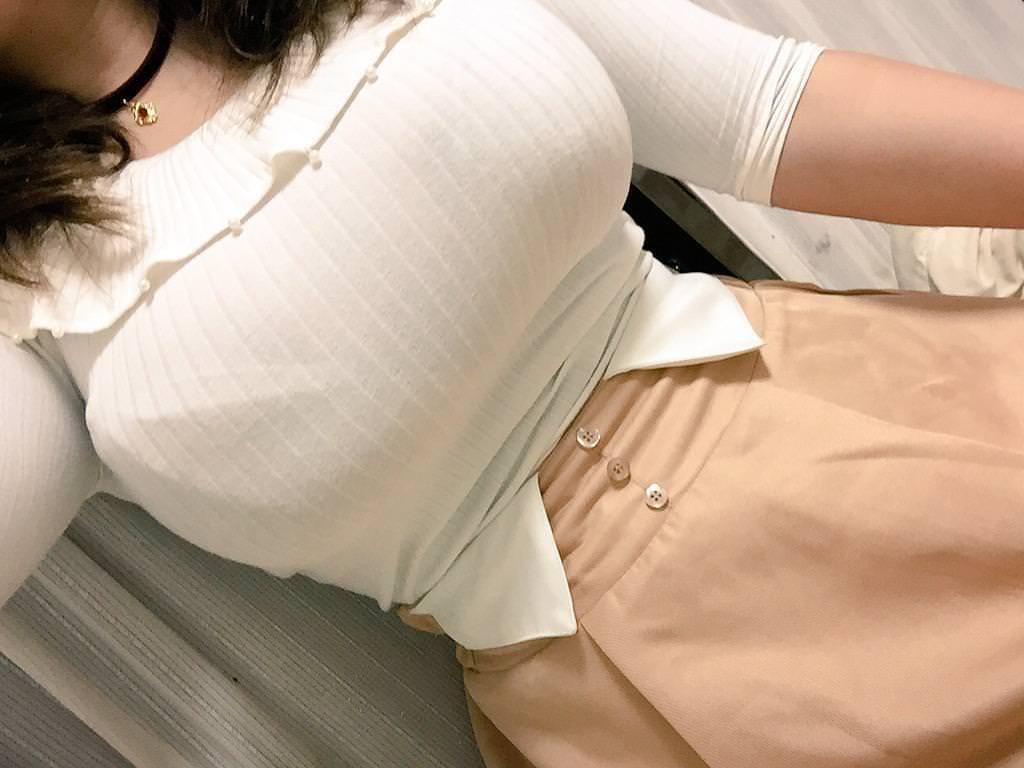 素人の着衣巨乳の自撮りをドアップで見る!