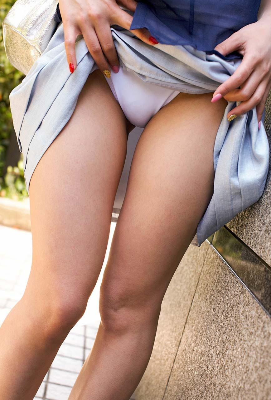 女性が自らのスカートを上げて下着を披露!
