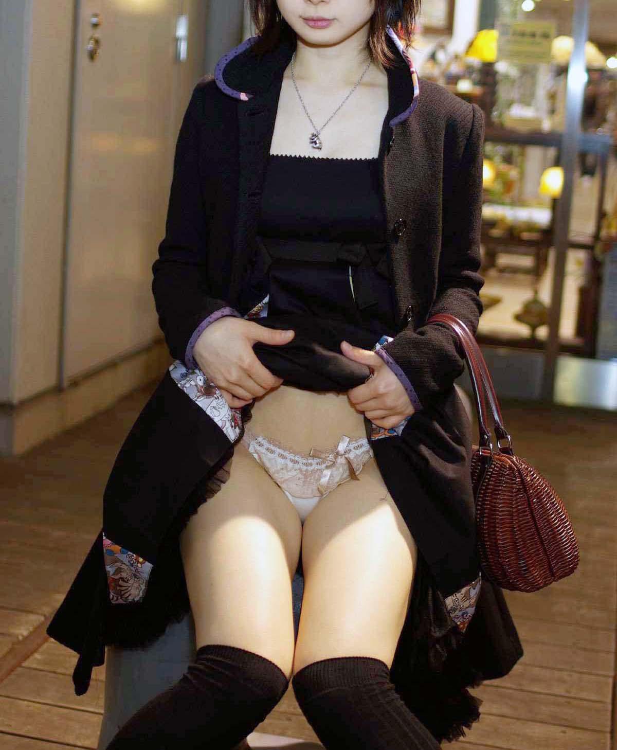清楚美女の色白美脚と純白下着がイヤらしい!