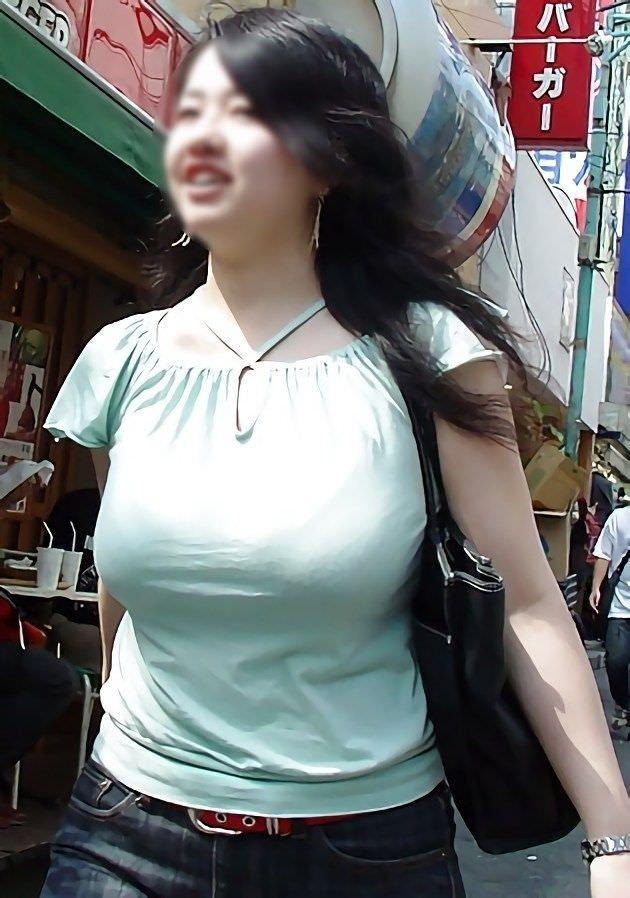 街を歩いている着衣巨乳の素人お姉さん!