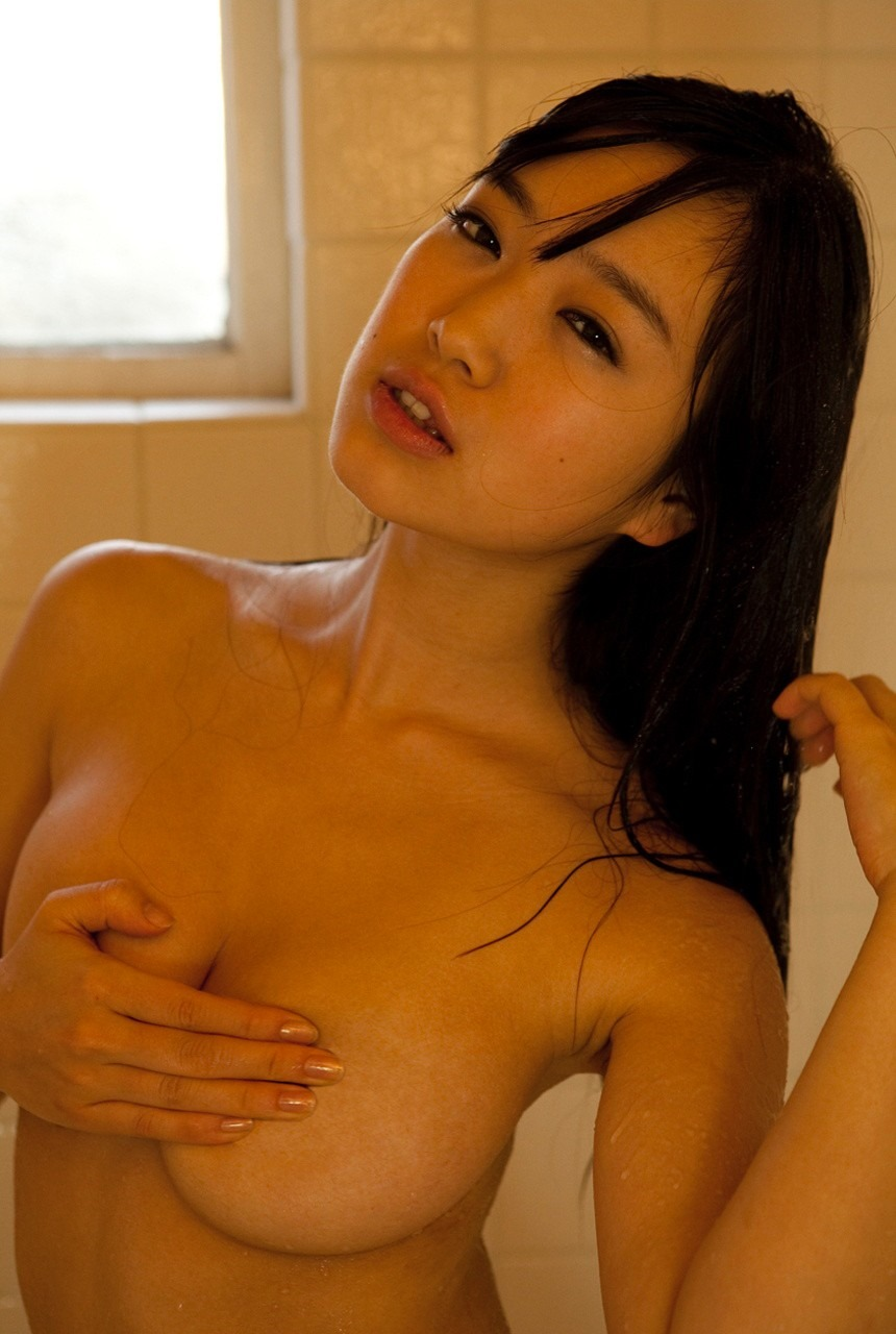 シャワーを浴びてる美女が巨乳を手ブラ!