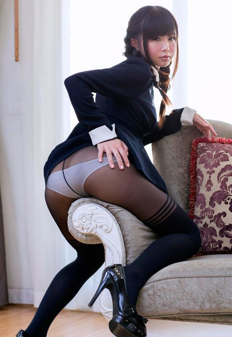 美女の黒パンストに透ける半ケツがイヤらしい!
