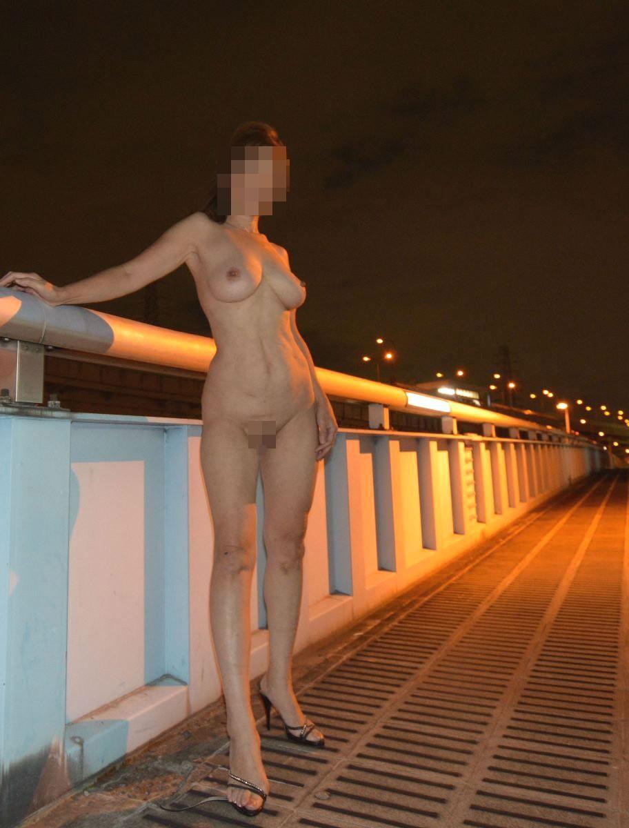 細身のお姉さんが野外で全裸になる!