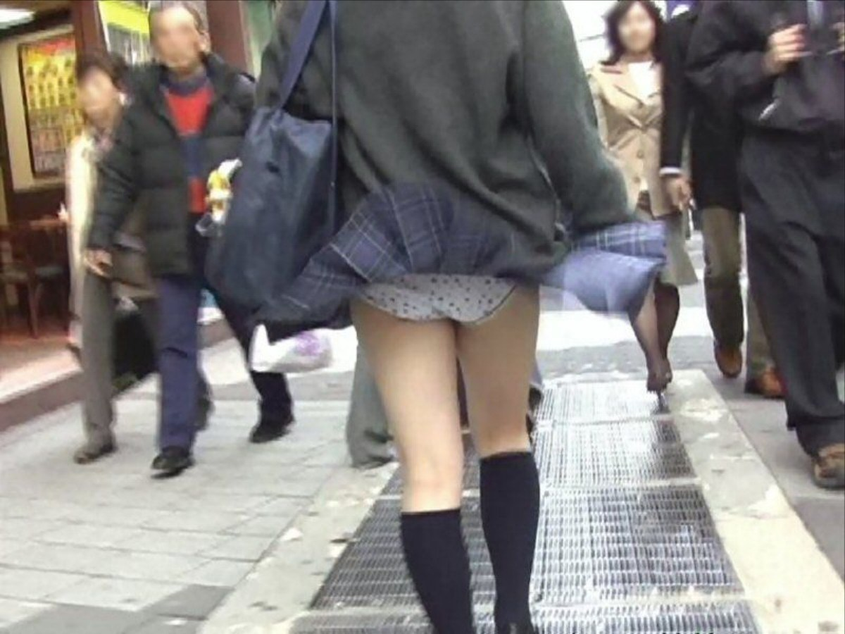 風チラで女子校生の水玉パンツが丸見え!