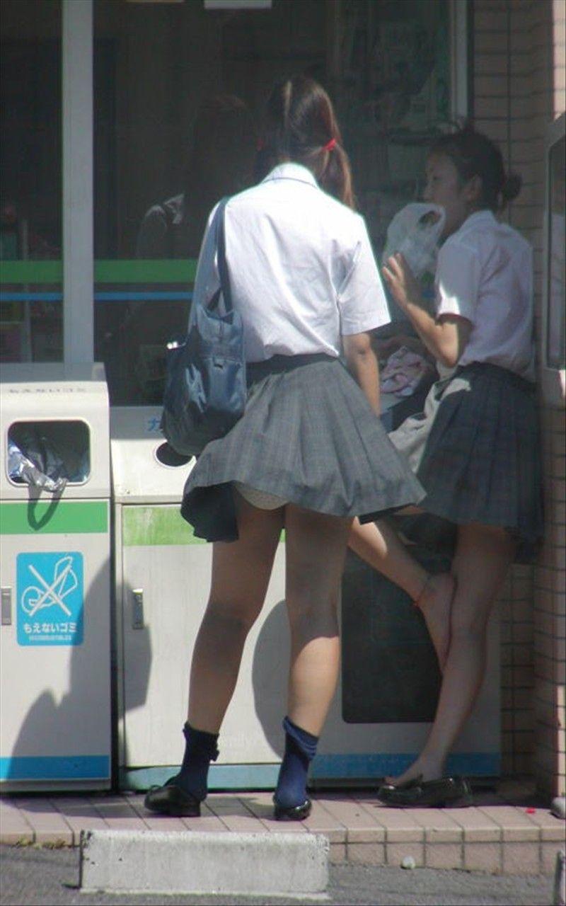 ツインテール女子校生のパンツがチラッと見える!