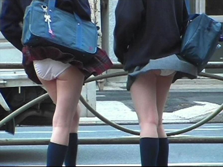 女子校生たちの純白下着が見えた瞬間を盗撮!