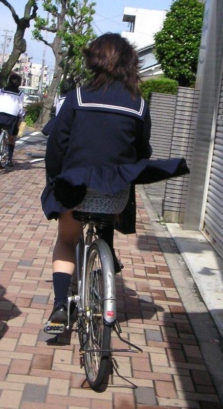 自転車でスカートが捲れてパンツがモロ見え!