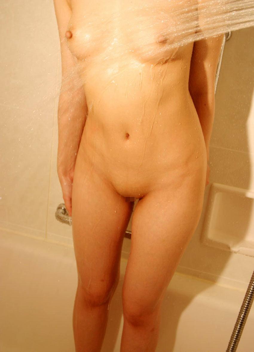 シャワーを浴びるパイパンお姉さん!