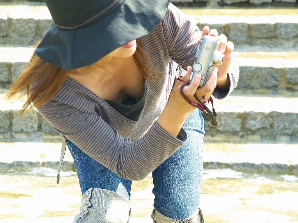 写真撮ることに気が取られて胸チラ!