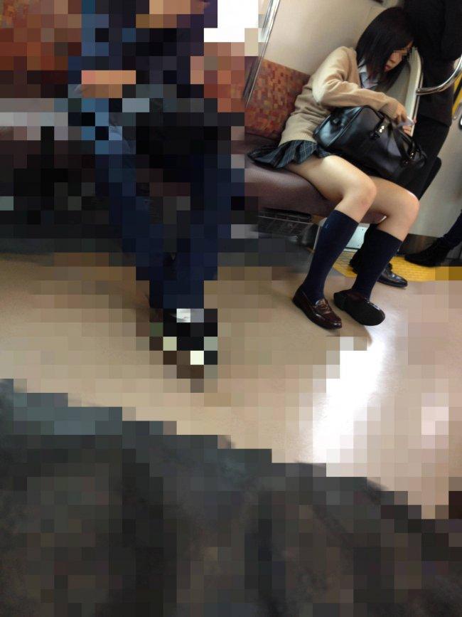 電車の中にいた女子校生の美脚がもの凄くエロい!