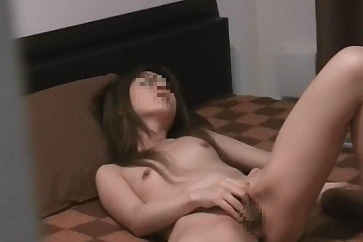 ベッドの上で自慰して淫らな姿を晒してる!