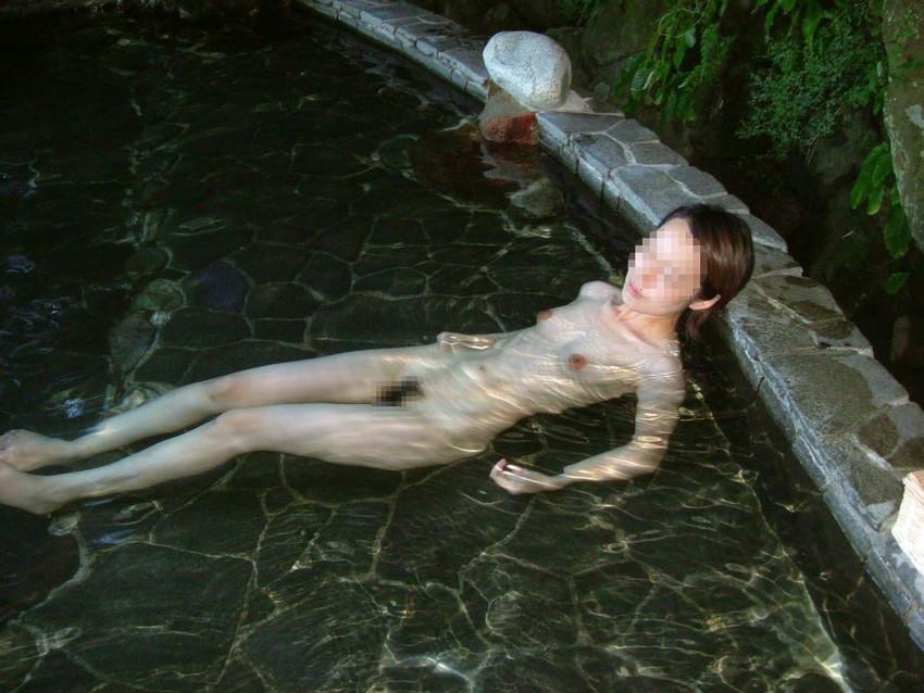 温泉で寛ぐスレンダーで可愛い色白美女!