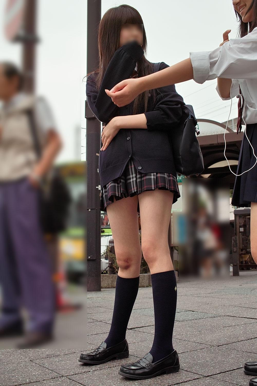 モデル体型の制服JKの美脚を街撮り!