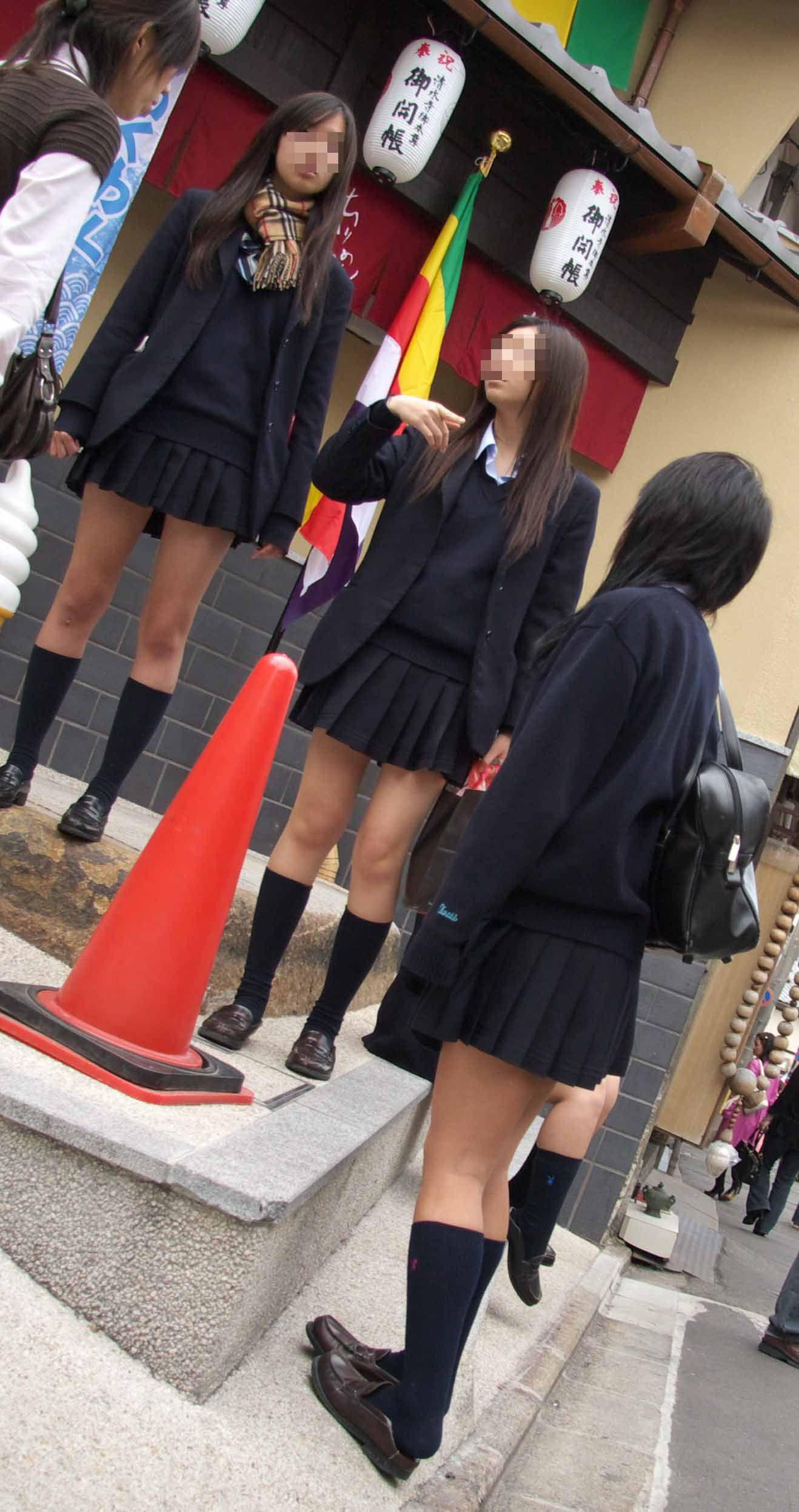 スカート丈短すぎる女子校生のセクシー美脚!