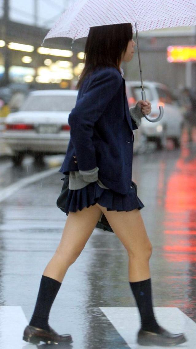 雨の中、JKのスリム美脚をバレないように見る!
