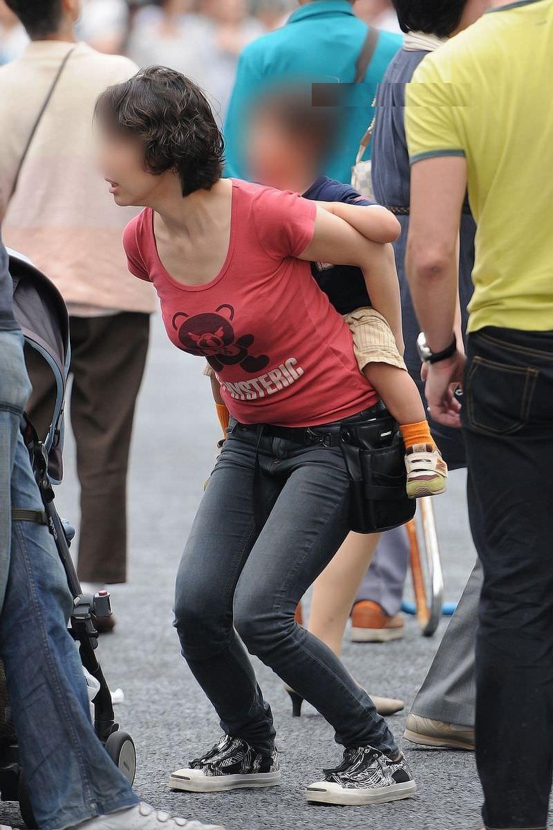街中で人妻の着衣巨乳を凝視しながら盗撮!