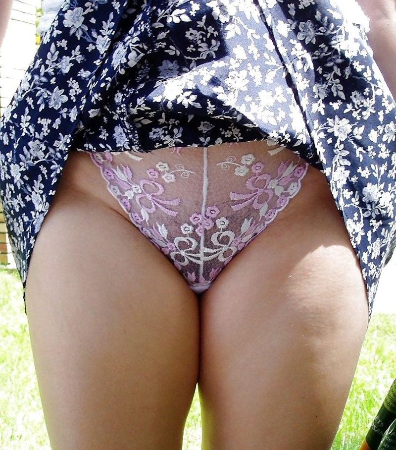 スカートを捲って透け透け下着を見せる!