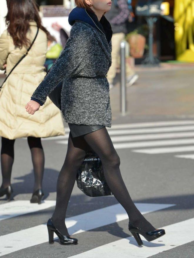 横断歩道を渡る素人女性の下半身を悔いる様に見る!