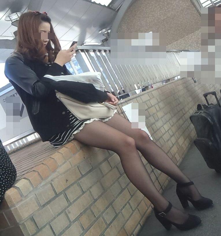 黒パンスト履いてる美女の細身美脚が堪らない!