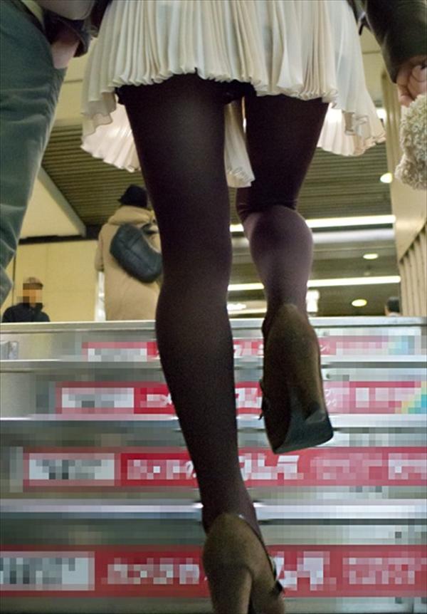 ローアングルから見る女性の黒パンスト美脚!