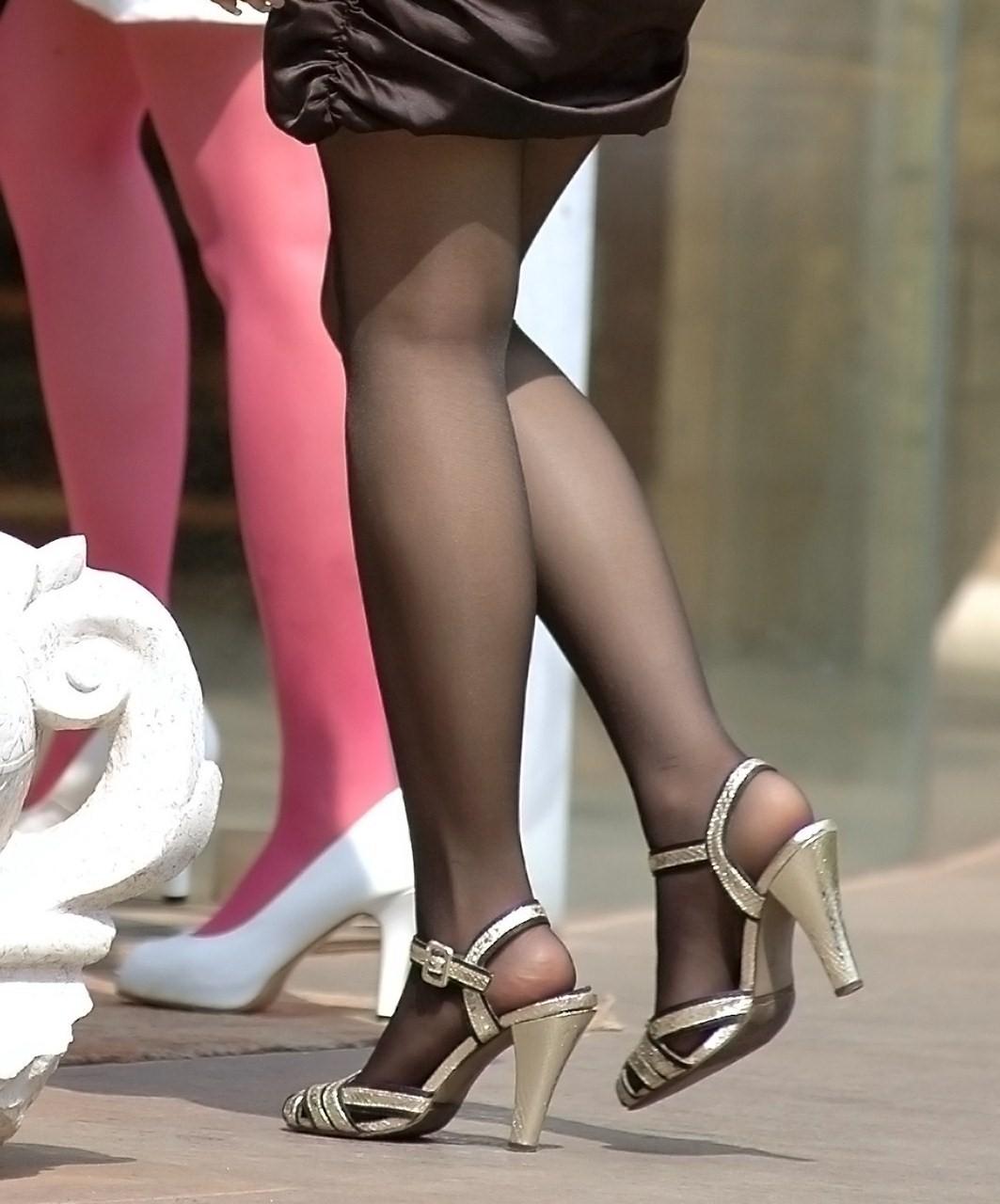 黒パンスト履いてる素人女性のムチムチ美脚!